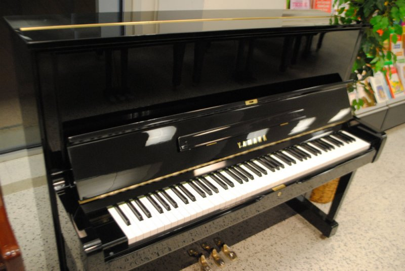 Yamaha U1 Professional Upright Piano Ebony Polish - Pre-Owned