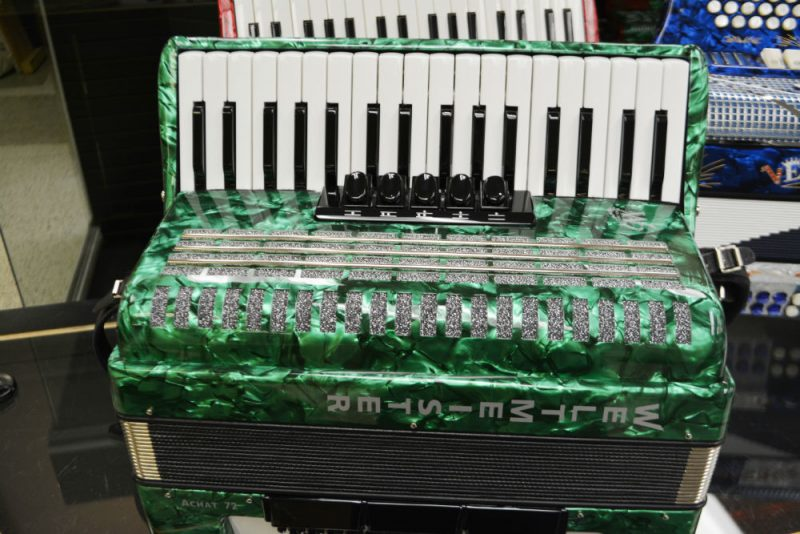 Weltmeister Achat 72 Bass Piano Accordion Green