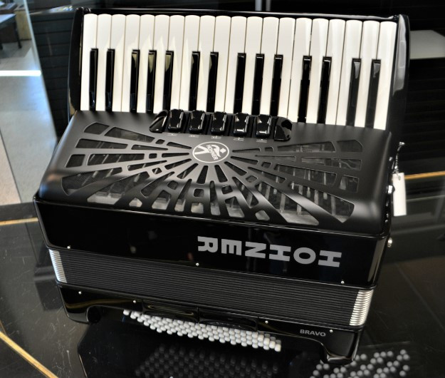 Hohner Bravo III 72 Bass Piano Accordion Black