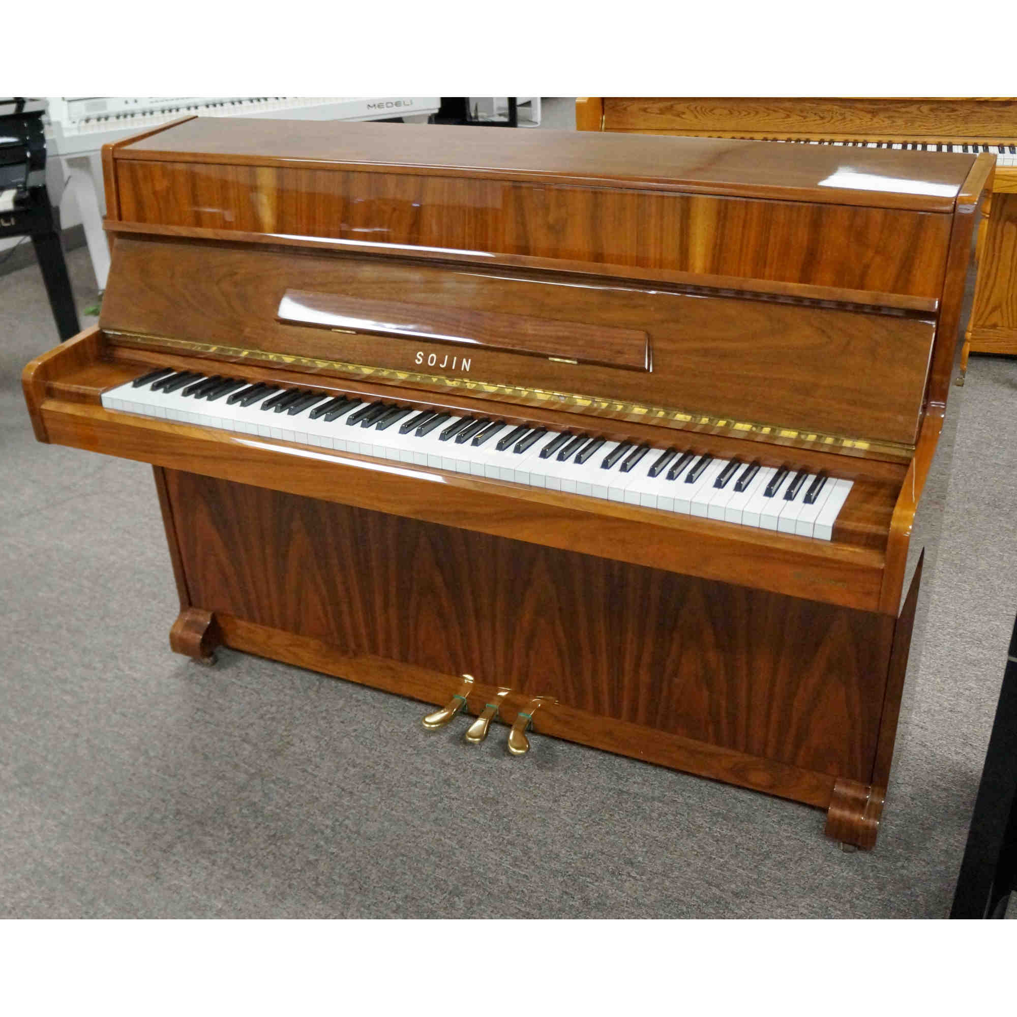 Sojin Studio Piano Ltd Grain Walnut Polish